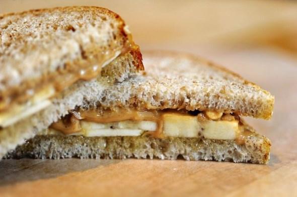 Τοστ ολικής αλέσεως με ταχίνι, μέλι, μπανάνα και αμύγδαλα