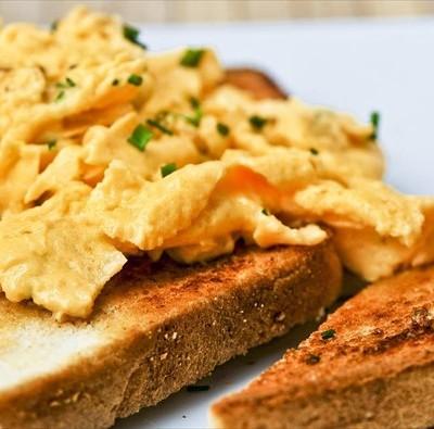 αυγα σκραμπ σε ψωμι