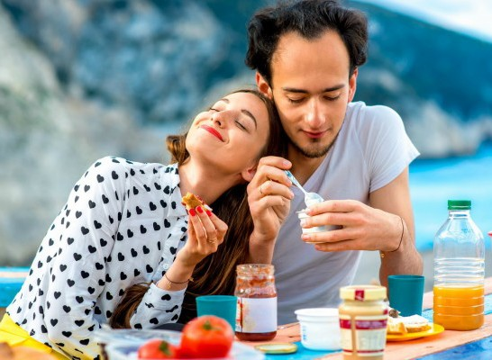Eat-with-love-young-couple-having-breakfast-outdoors-810x400-e1459269226717