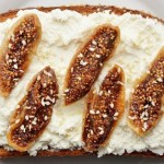 Φρυγανισμένο ψωμί με αποξηραμένα σύκα και κατίκι