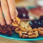 Τα φρούτα και οι ξηροί καρποί προστατεύουν τις γυναίκες από τον επιθετικό καρκίνο του μαστού