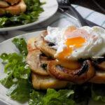 Αυγά ποσέ με μανιτάρια και ρόκα