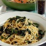 Σπαγγέτι με κέιλ, λεμόνι, σκόρδο και καυτερή πιπεριά