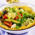 Ομελέτα σαλάτα με αβοκάντο και μοτσαρέλα