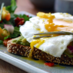 Τοστ με αυγά και αβοκάντο